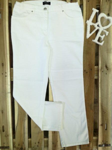Дамски изчистени дънки в бяло